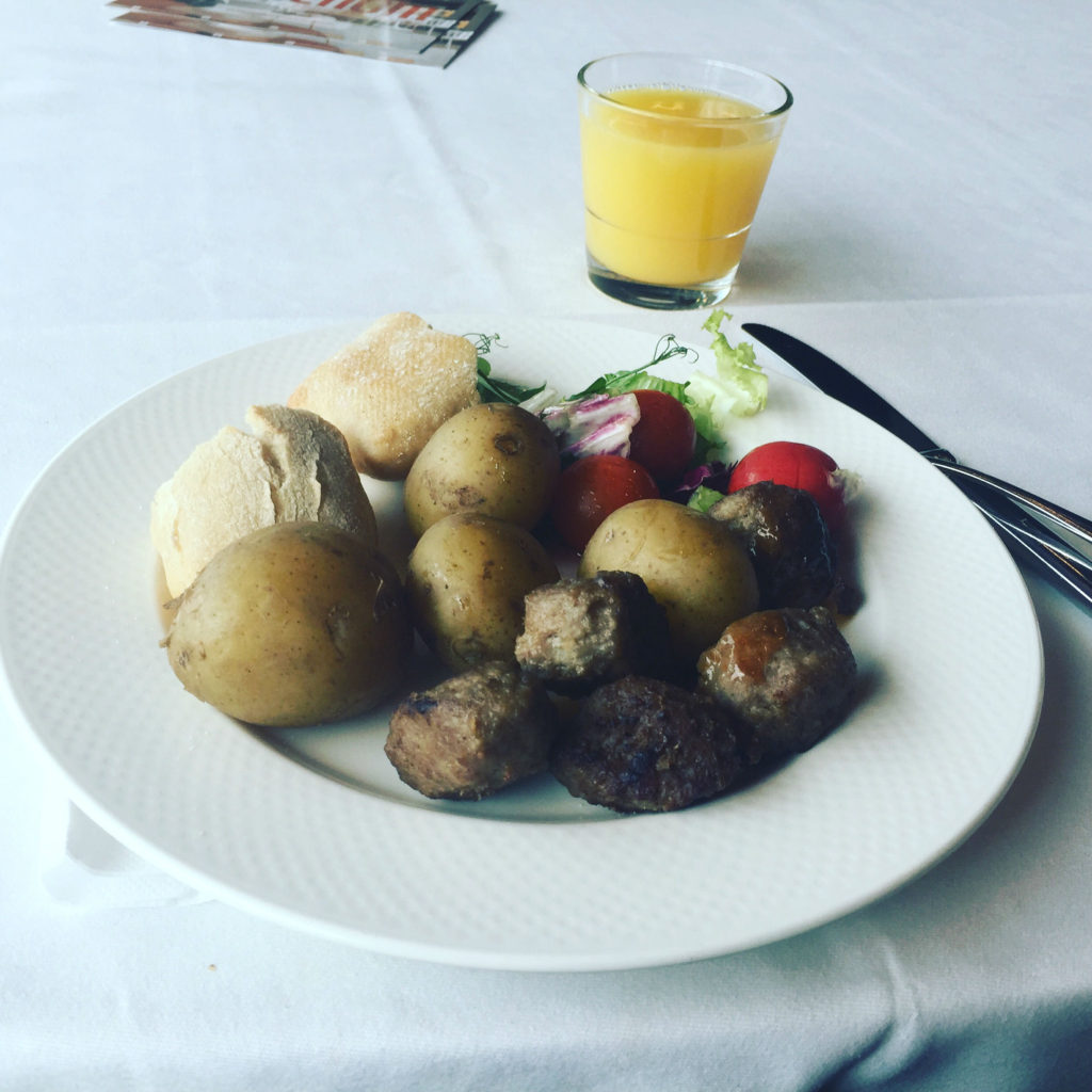 Meatballs and Potatos - Swedish Food - Traveleira.com