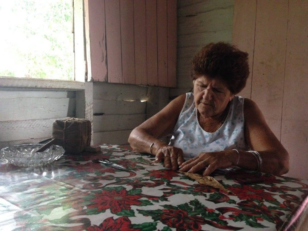 Viñales - Cuban lady rolling tobacco - Traveleira.com + The Lost Romanian